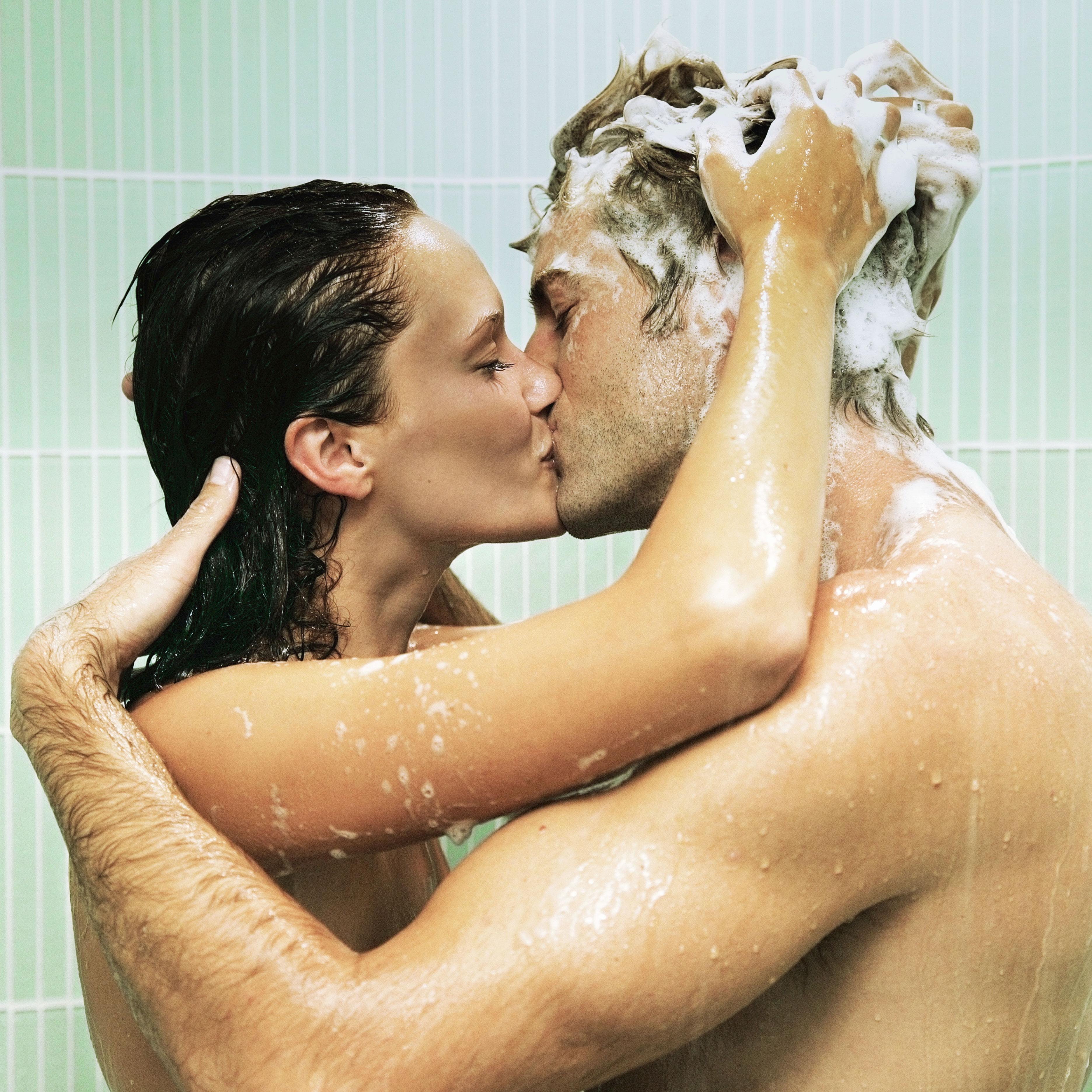 Как парень и девушка занимаются любовью в ванной