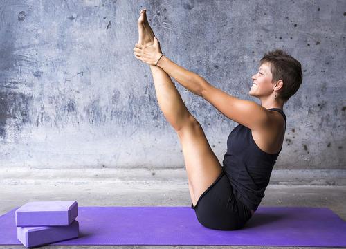 The Vinyasa Yoga Flow That Sculpts Your Abs