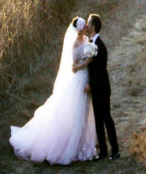 Anne Hathaway Ties the Knot!