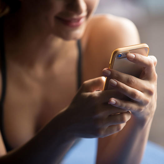 woman using smartphone apps for weight loss motivation